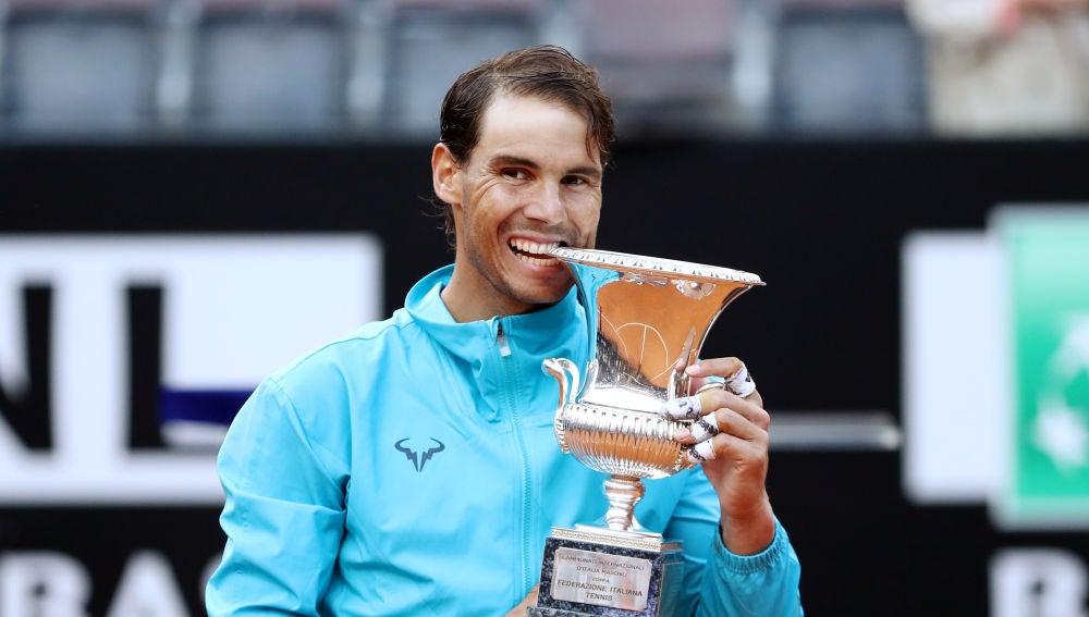 Rafa Nadal 'muerde' el trofeo conquistado en Roma