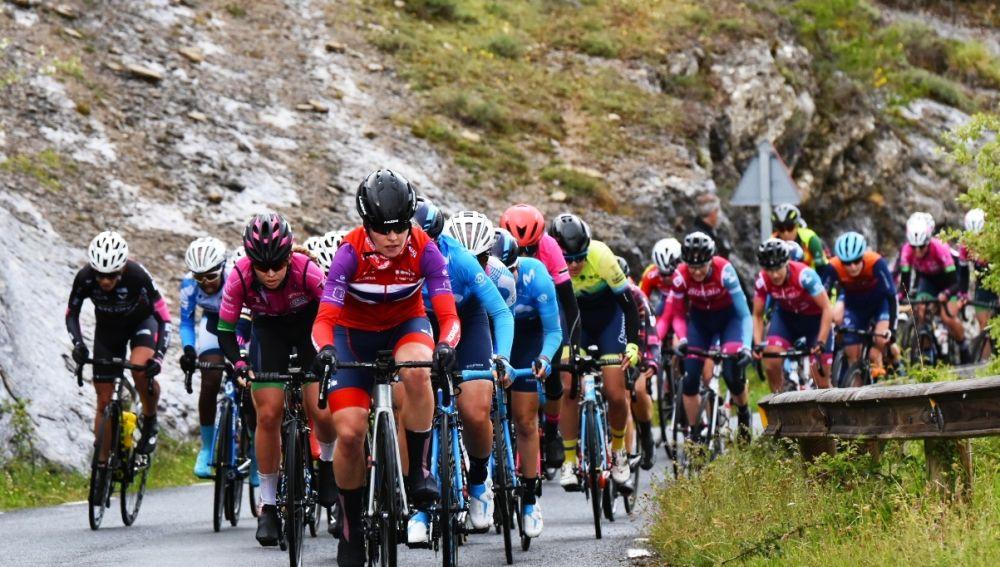 El pelotón de la Vuelta a Burgos femenina