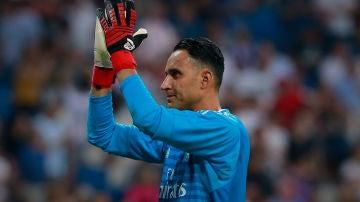 Keylor Navas aplaude a la afición en el Santiago Bernabéu