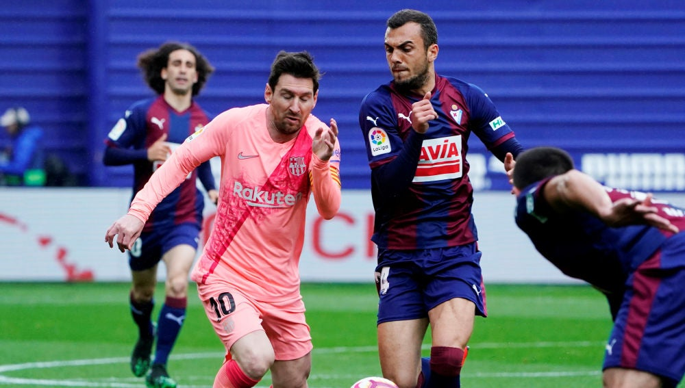 Messi y Jordán pelean por el balón en Ipurua