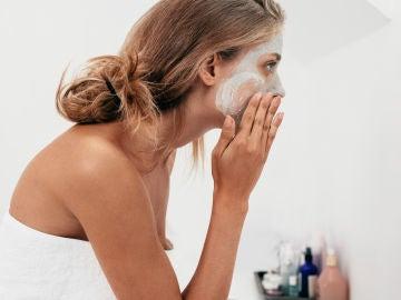 Mujer poniéndose crema