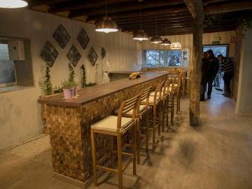Un barrizal y el cambio radical en el restaurante, en el antes y el después de las obras en 'La Isla'
