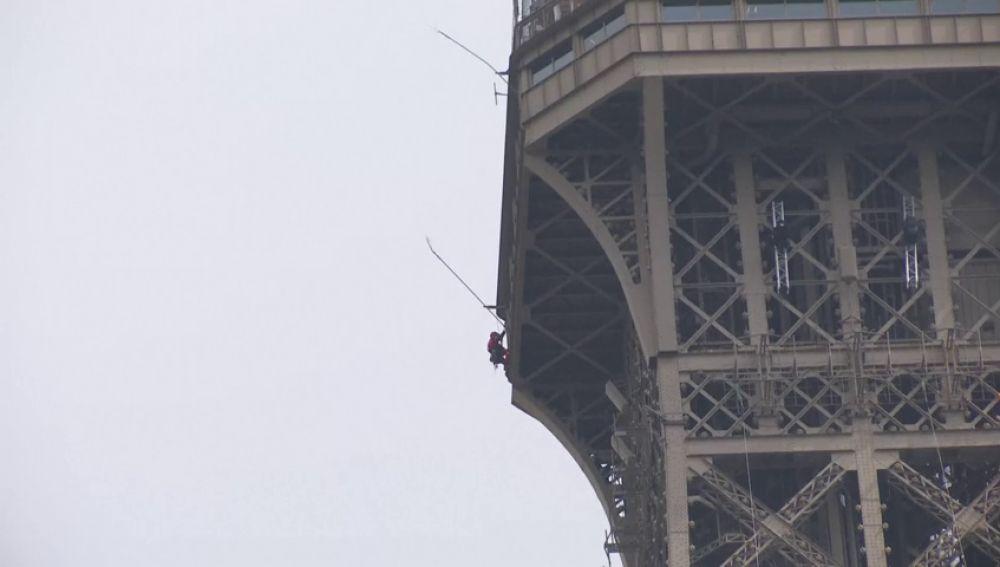 Desalojan la torre Eiffel de París por culpa de un hombre que empezó a escalarla