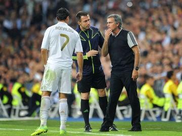 Mourinho habla con Cristiano Ronaldo durante un partido