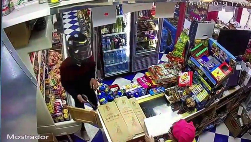Atraca un supermercado armado con una pistola