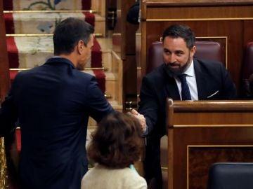 El presidente del Gobierno en funciones, Pedro Sánchez , saluda al líder de Vox, Santiago Abascal