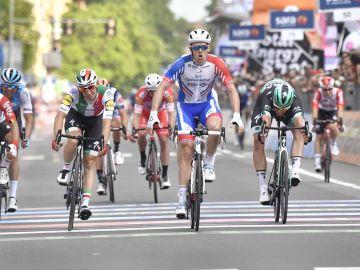 Arnaud Démare celebra su victoria en la décima etapa del Giro de Italia