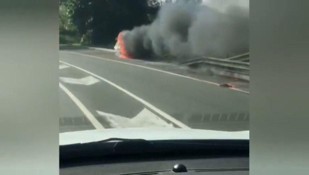 Una furgoneta sin conductor y envuelta en llamas en Bilbao
