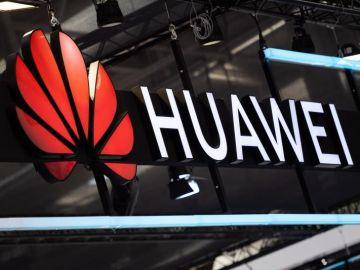 Imagen del logotipo de Huawei en su puesto durante una feria electrónica
