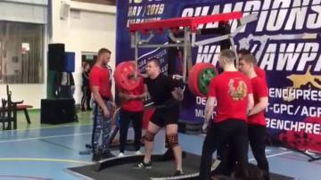 Imágenes muy duras: un levantador de pesas se parte la pierna en plena competición