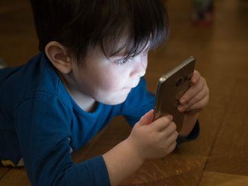 Niño usando un teléfono móvil