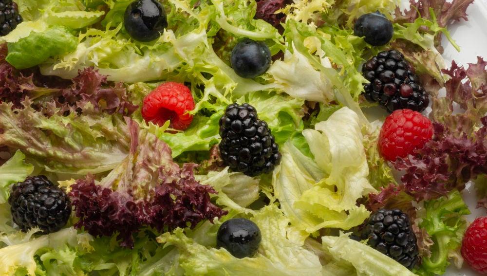 Ensalada de lechugas variadas y frutos rojos