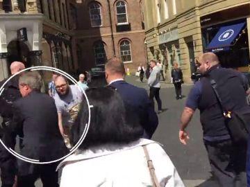 El hombre que tiró un batido a Farage, acusado de agresión y daño criminal
