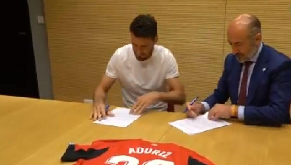 Aduriz con el presidente del Athletic, Aitor Elizegi, firmando su renovación
