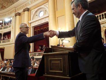 Manuel Cruz da la mano a Romeva