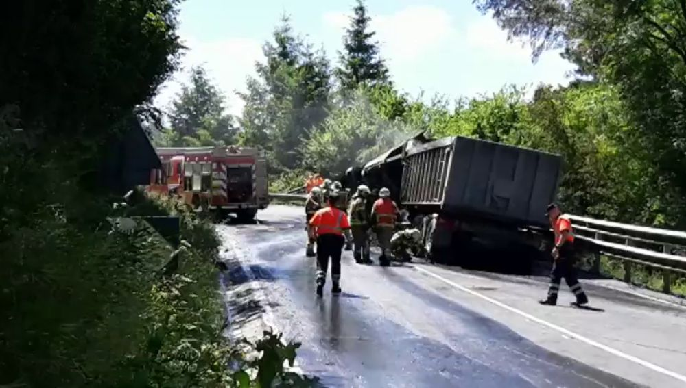 Un muerto y un herido en un choque frontal entre dos camiones en Vizcaya