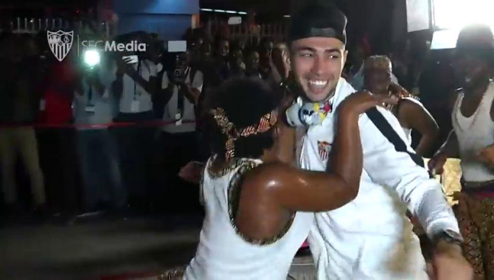 Bailes, música, serpientes... cálida bienvenida al Sevilla en su llegada a Tanzania