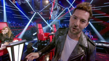David Bisbal rompe el sillón de Paulina Rubio en 'La Voz Senior'