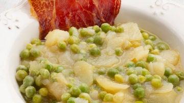 Guisantes con patatas y jamón crujiente