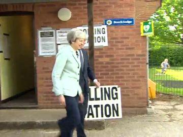 Theresa May acude a votar bajo la presión de que los conservadores podrían sufrir una derrota histórica