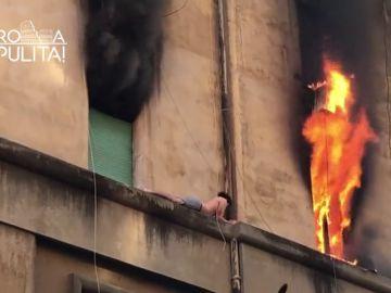 Rescatan a un joven en una cornisa que escapaba de un incendio