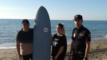 El agente posa con la pareja a la que salvó en una playa de Málaga