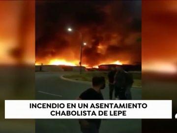 Evacúan a un centenar de personas tras incendiarse un poblado chabolista en Lepe