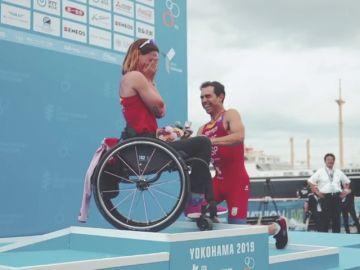 La emotiva pedida de mano a la triatleta paralímpica Eva Morales en el podio de Yokohama