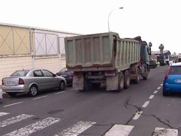 Aparatoso accidente de un camión que impacta contra diez coches