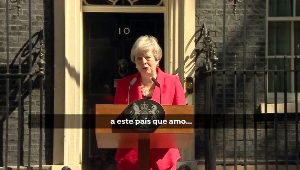 Dimisión con una Theresa May emocionada