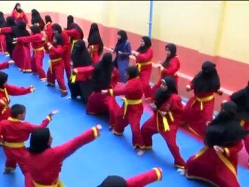 Mujeres practican artes marciales