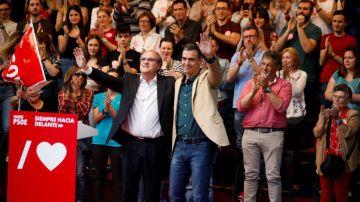 El presidente del Gobierno, Pedro Sánchez en un acto de campaña junto al candidato a la Comunidad de Madrid, Ángel Gabilondo.