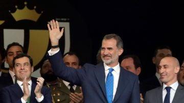 El Rey Felipe VI saluda al público en el Benito Villamarín