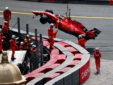 Los operarios retiran el Ferrari de Vettel de la pista tras el accidente del alemán
