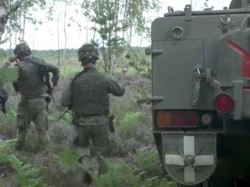 Tres militares españoles reciben un premio de la OTAN por relatar el despliegue diario es Lituania