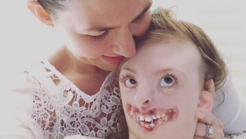 La pequeña Sophia con su madre