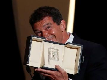 Antonio Banderas con su galardón al mejor actor en Cannes