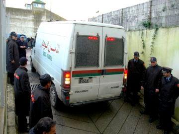 Oficiales de policía marroquíes vigilan una furgoneta