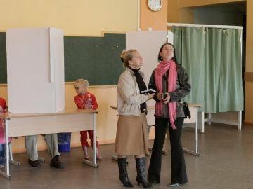 Unas mujeres esperan para votar en un colegio electoral en Bauska, Letonia