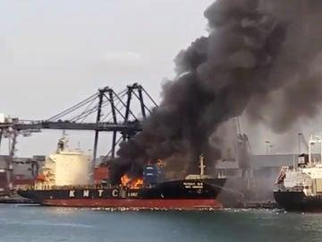 Incendio en un puerto de Tailandia tras una explosión química