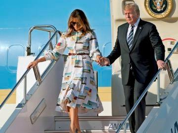 El presidente de EEUU, Donald J. Trump y su esposa Melania Trump, bajan del Air Force One en el aeropuerto Internacional Haneda, en Tokio.