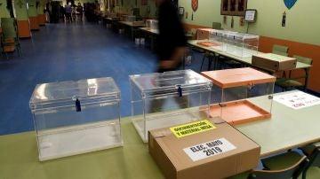 Trabajadores preparan las mesas electorales en un colegio público madrileño
