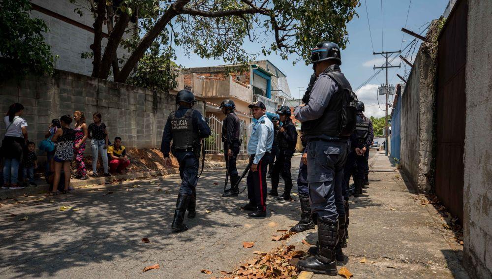 Miembros de la Policía en las inmediaciones de un centro de reclusión en Venezuela