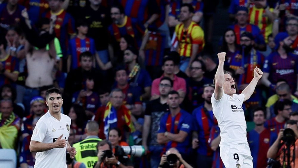 Gameiro celebra su gol ante el Barcelona