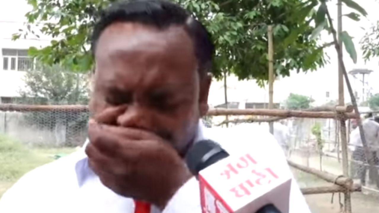 Político indio rompe a llorar al obtener sólo cinco votos cuando su familia tiene 9 miembros