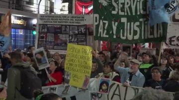 Protesta multitudinaria en Argentina por la muerte de varios adolescentes en un presunto caso de violencia policial