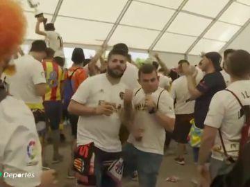 La ilusión de las aficiones de Valencia y Barcelona tiñe de color Sevilla en la final de Copa