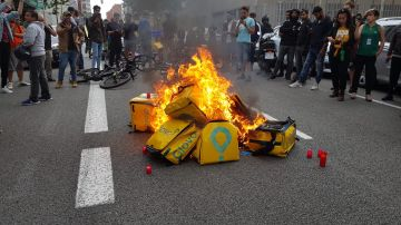 Prenden fuego a las mochilas de Glovo