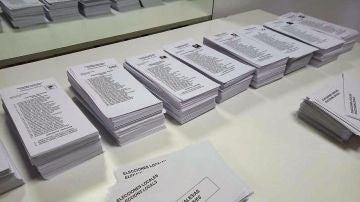 Papeletas en las Elecciones Municipales en un colegio de Elche.