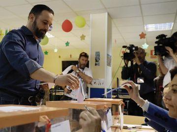 Santiago Abascal votando en Hortaleza